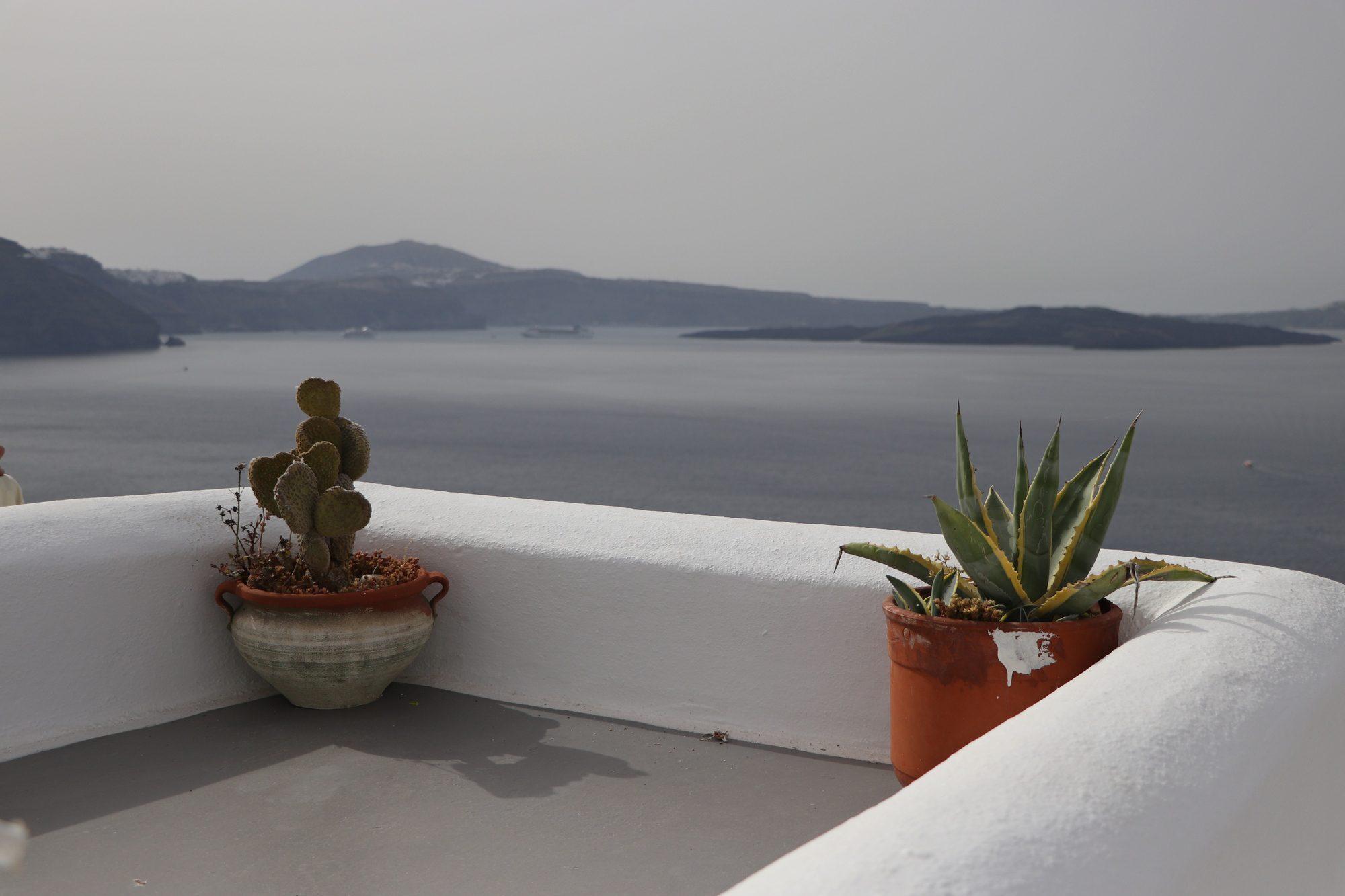 Blick auf die Caldera von Santorin vom Dorf Oia