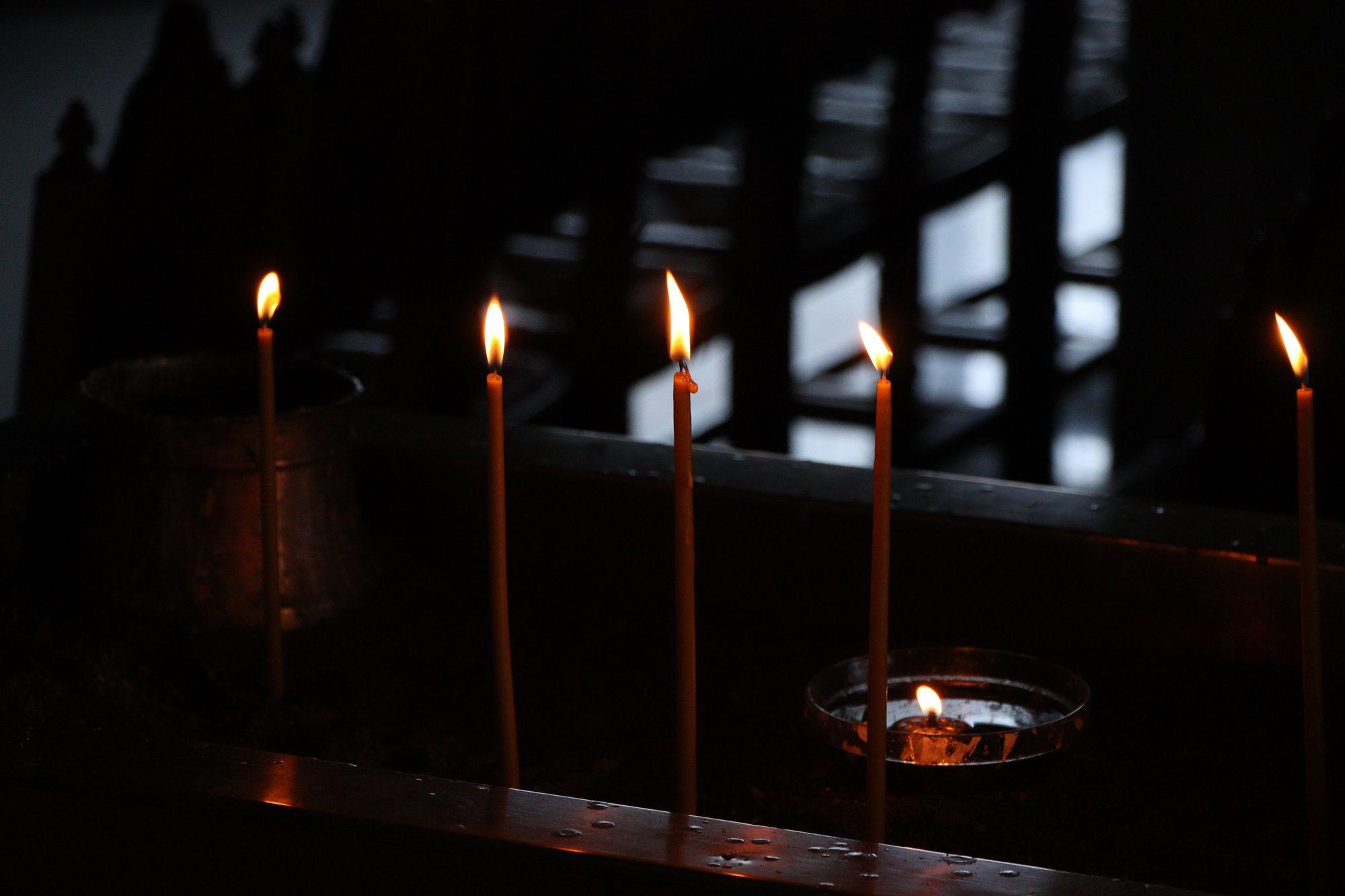 Kerzen in einer Kirche in Fira auf Santorin