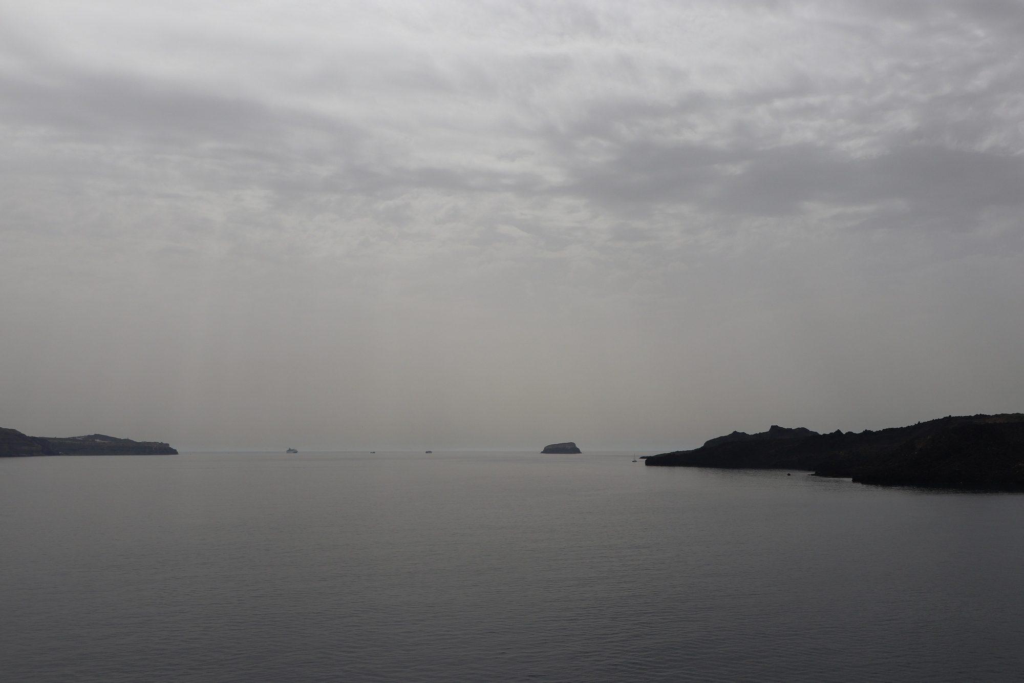 Ausfahrt aus der Caldera von Santorin