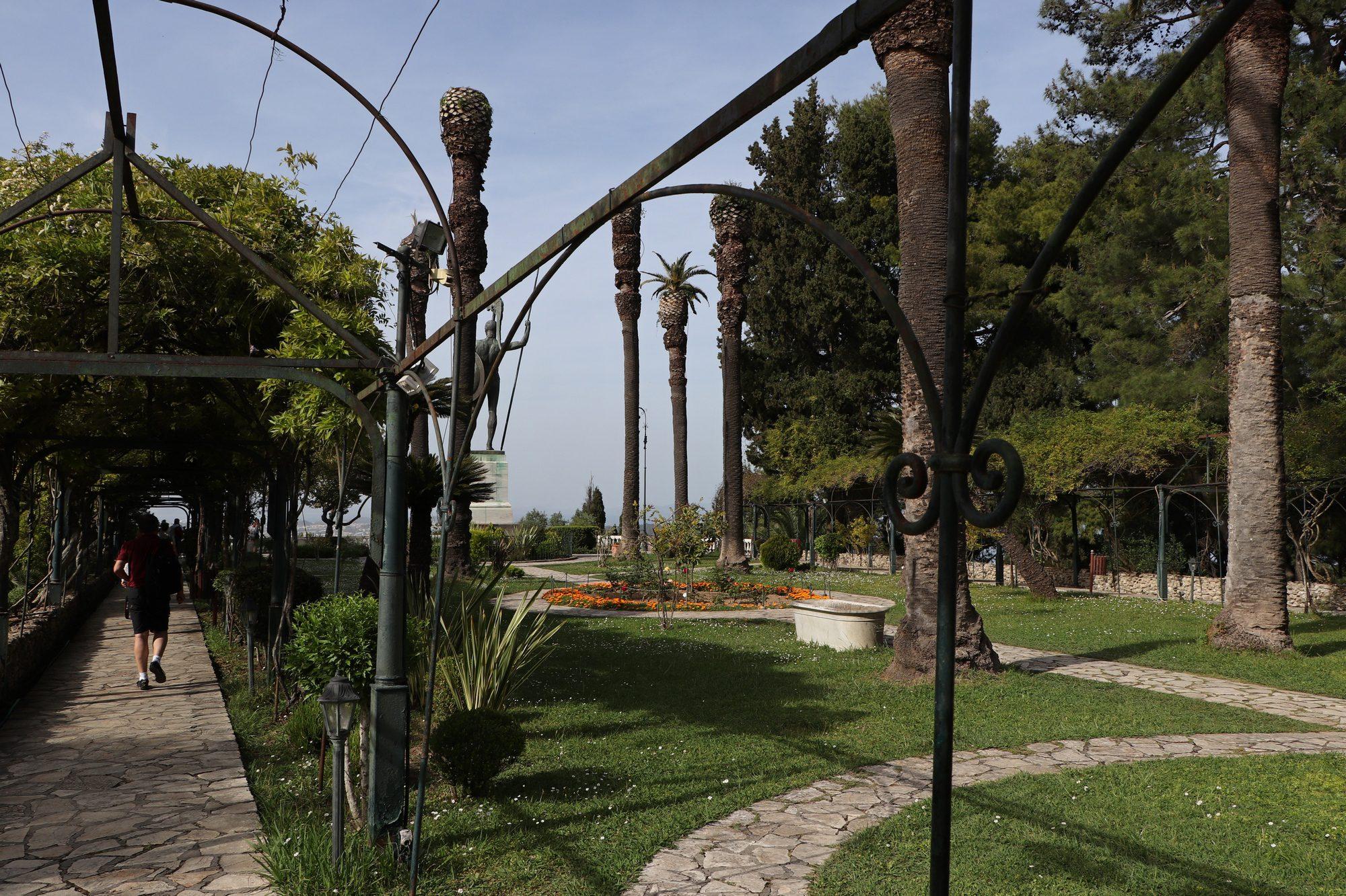 Im Garten des Achilleion Palasts auf Korfu