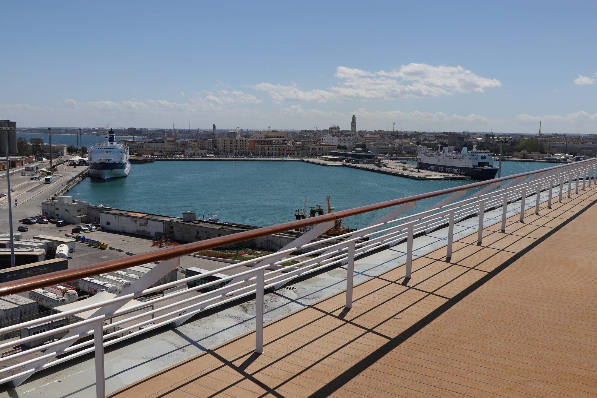 Blick auf Bari von der MSC Opera