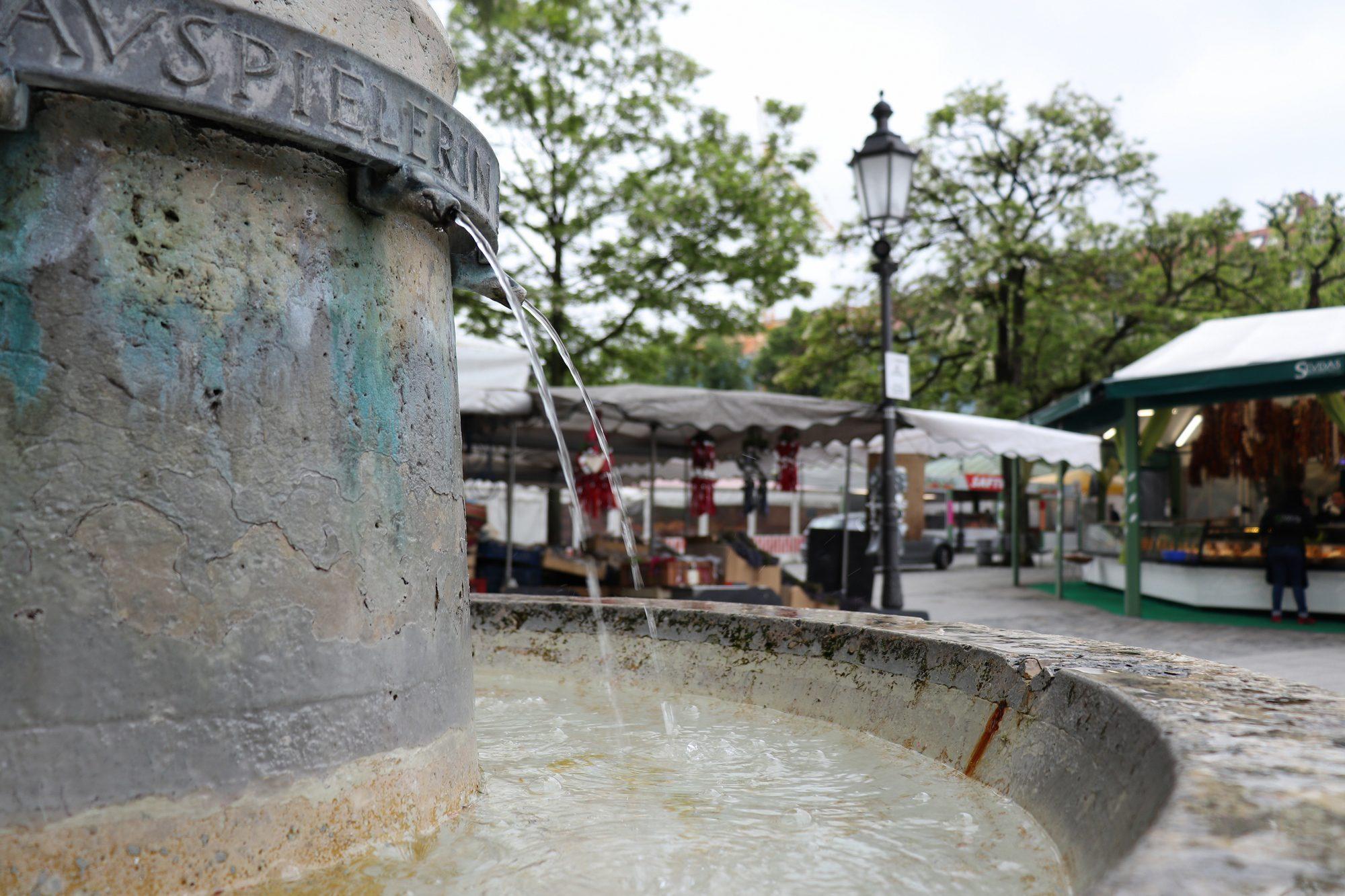Brunnen auf dem Viktualienmarkt in München