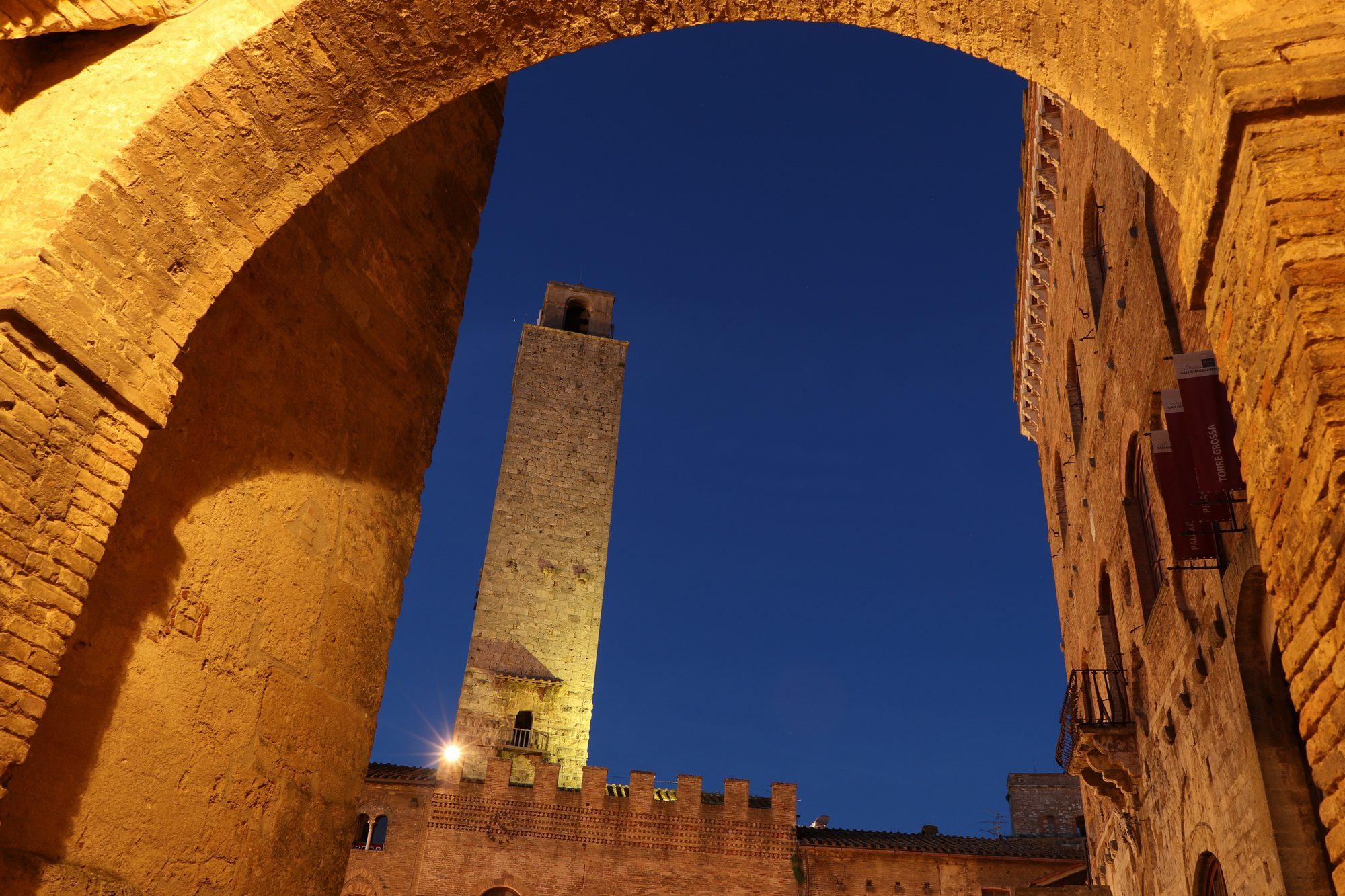 Blaue Stunde in San Gimignano in der Toskana Italien