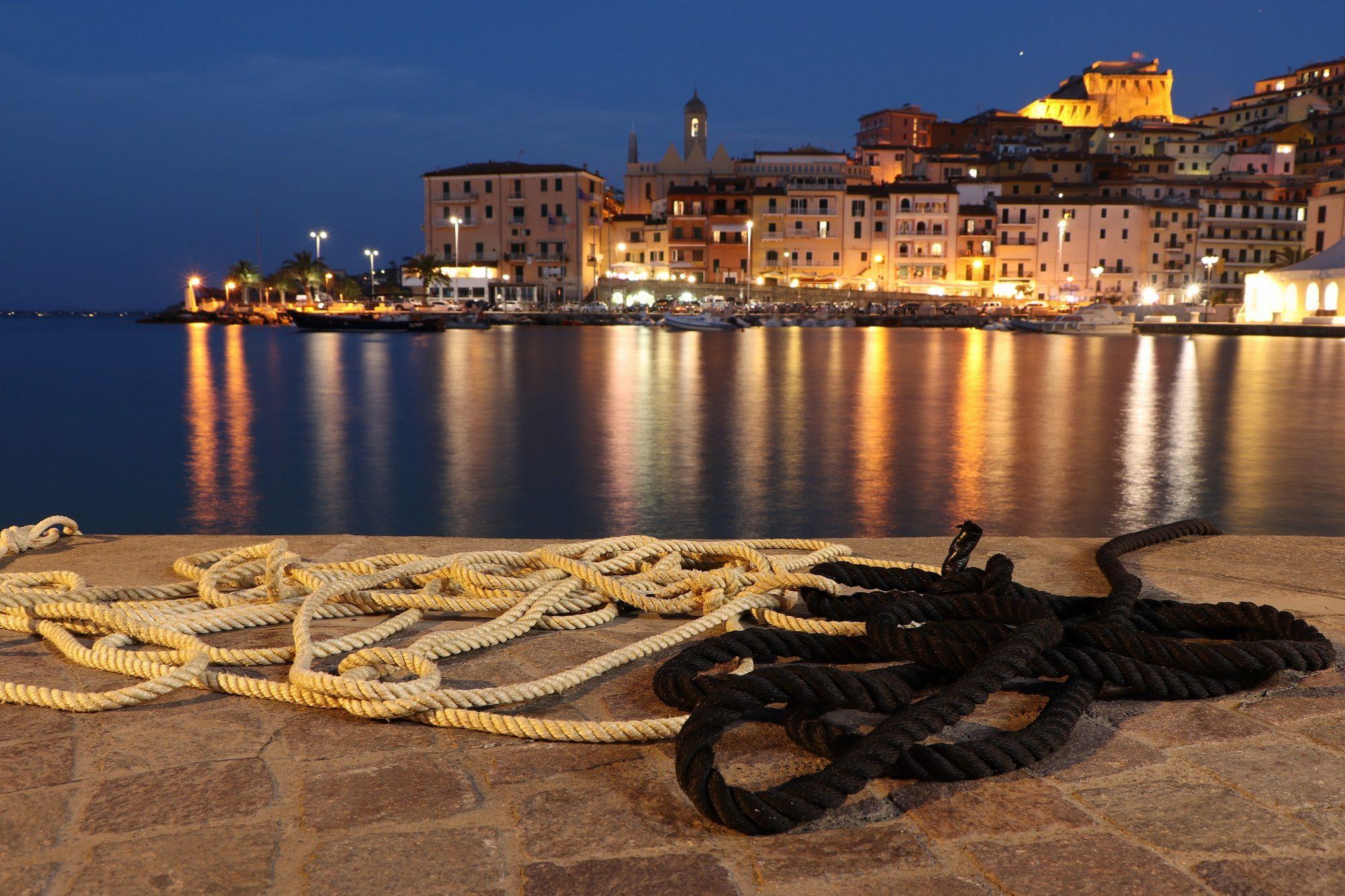 Blaue Stunde im Hafen von Porto Santo Stefano in der Toskana Italien