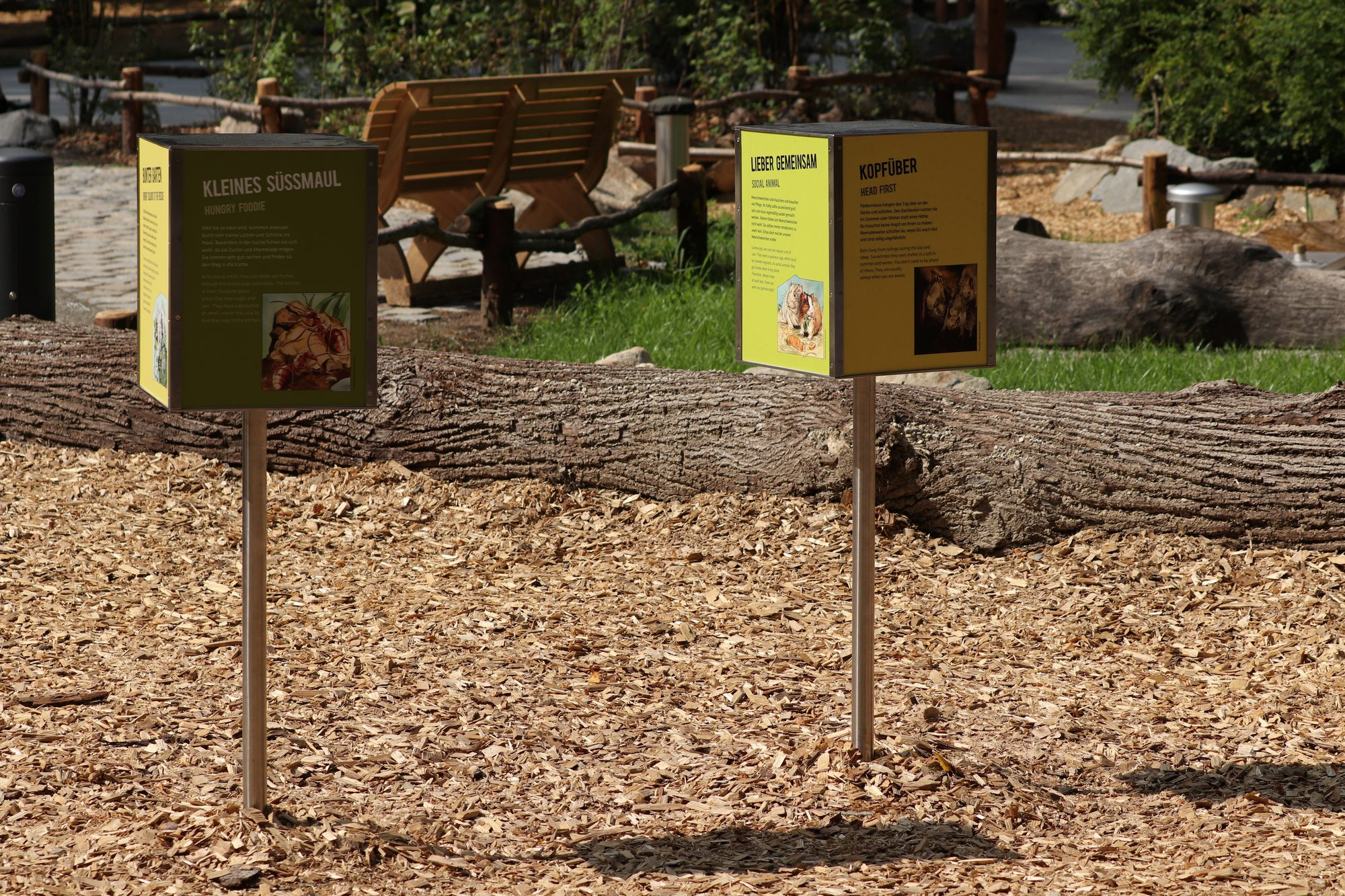 Infoschilder im neuen Mühlendorf im Tierpark Hellabrunn
