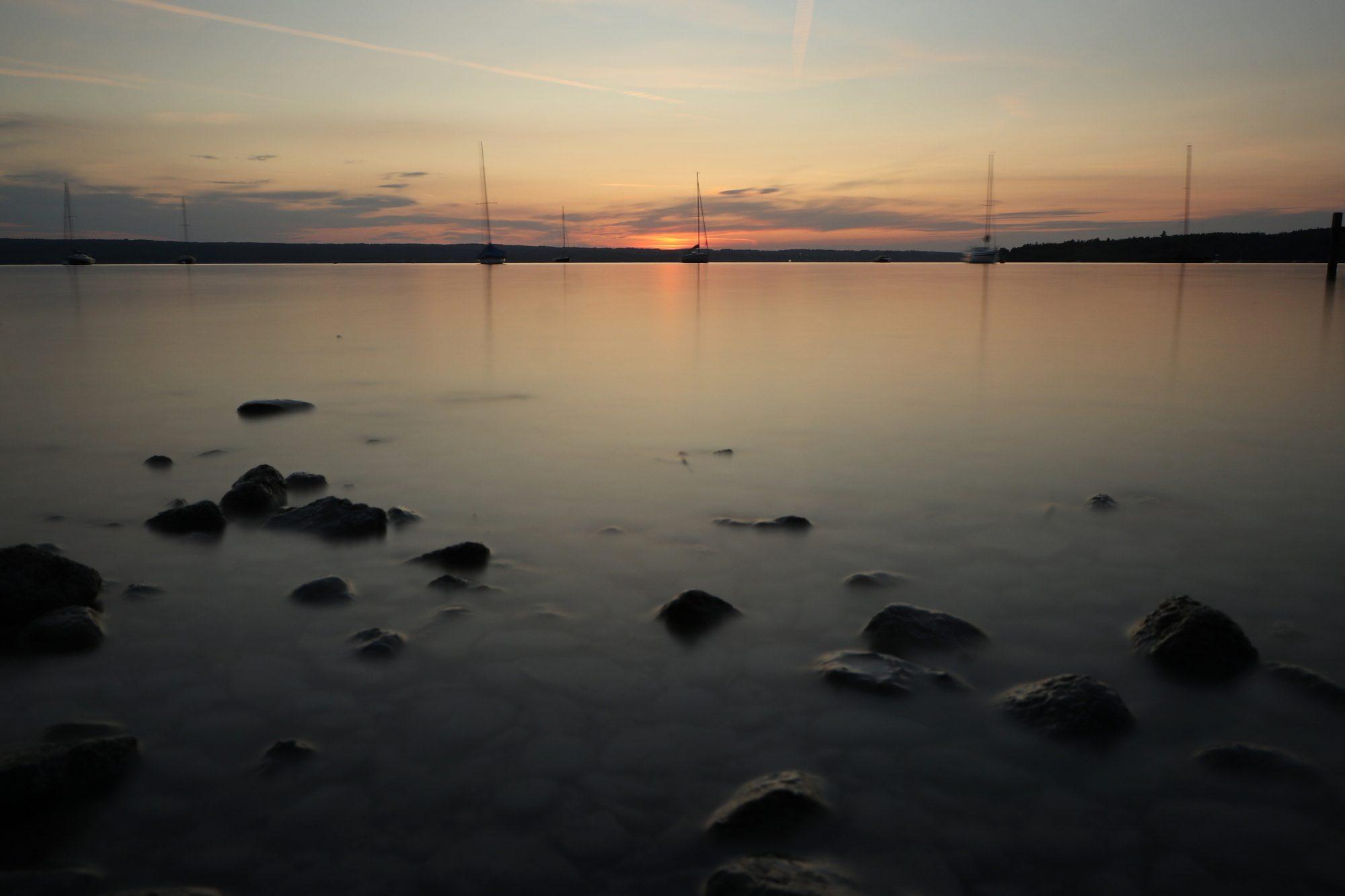 Langzeitbelichtung zum Sonnenuntergang in Herrsching am Ammersee