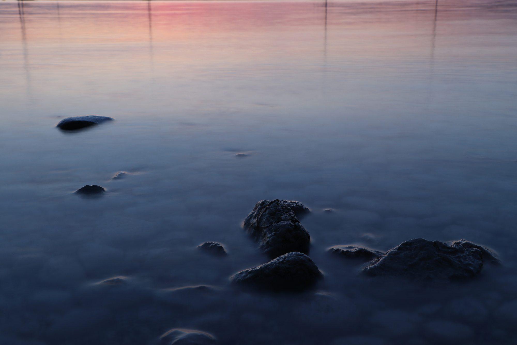 Steine im Sonnenuntergang in Herrsching am Ammersee