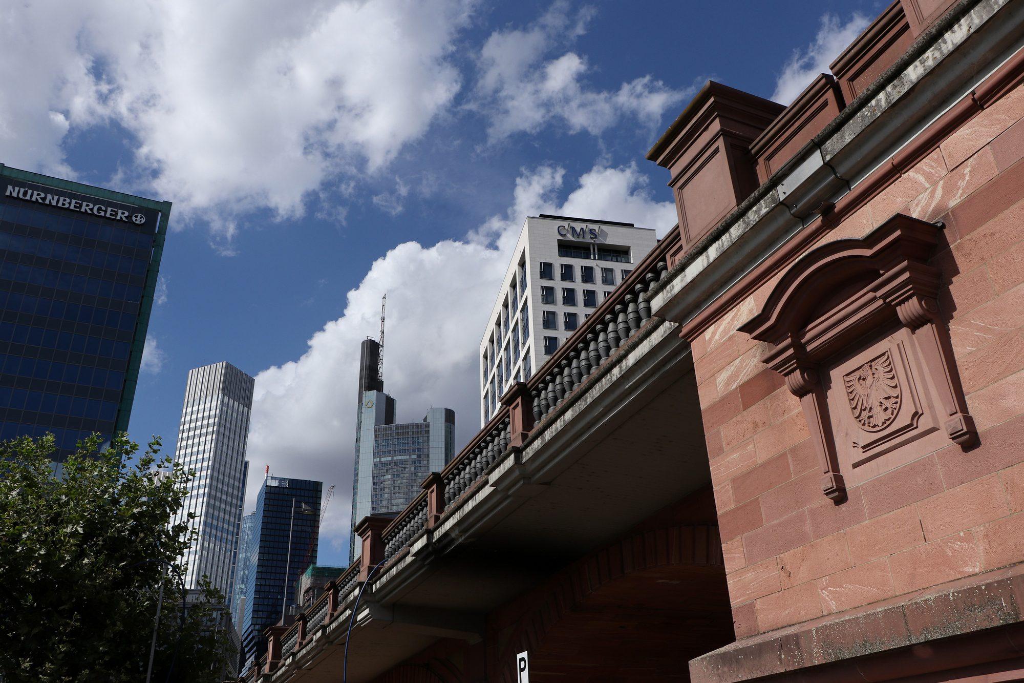 Brücke vor Skyline in Frankfurt am Main