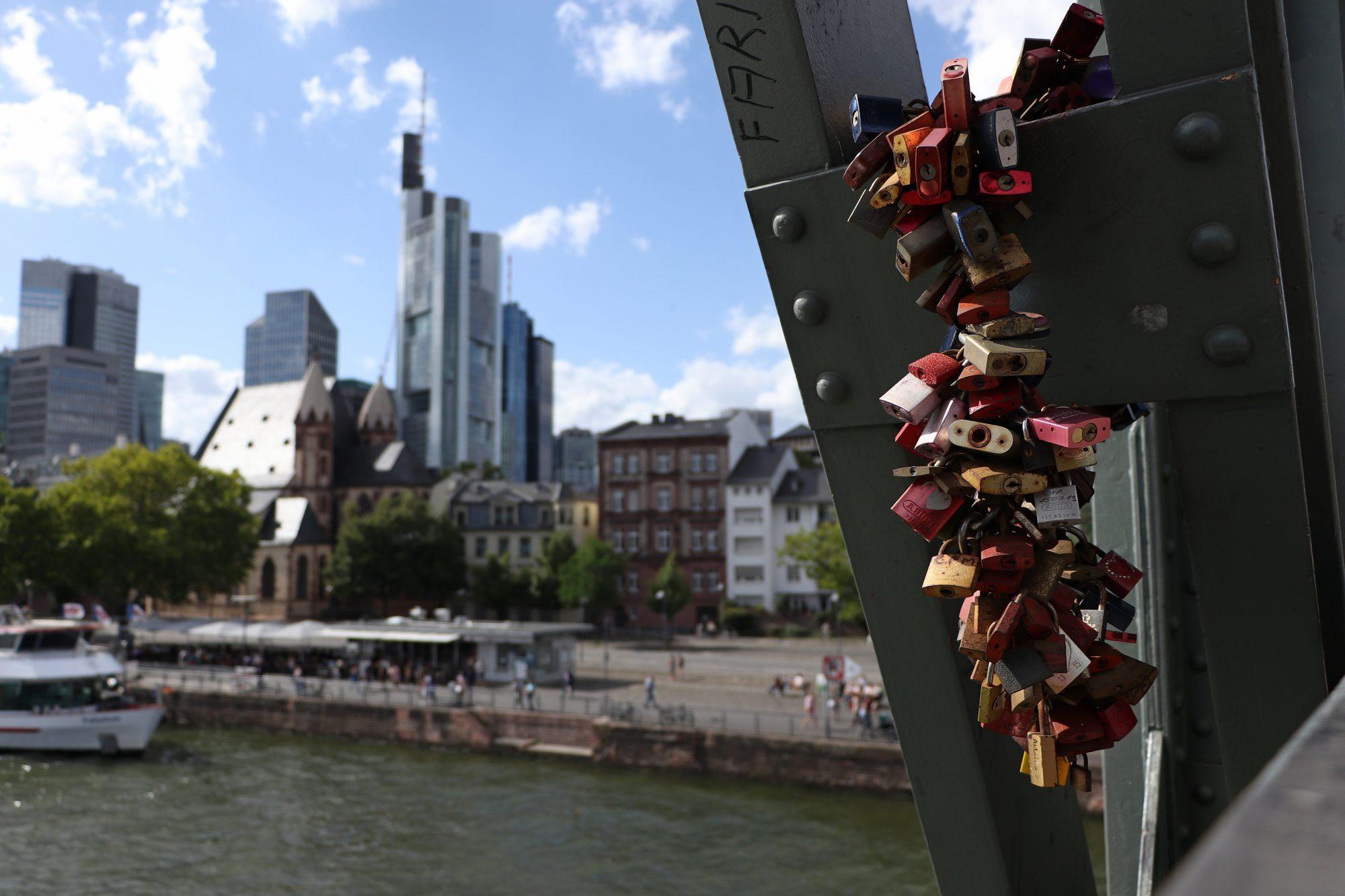 Schlösser am Eisernen Steg mit Blick auf die Skyline von Frankfurt am Main