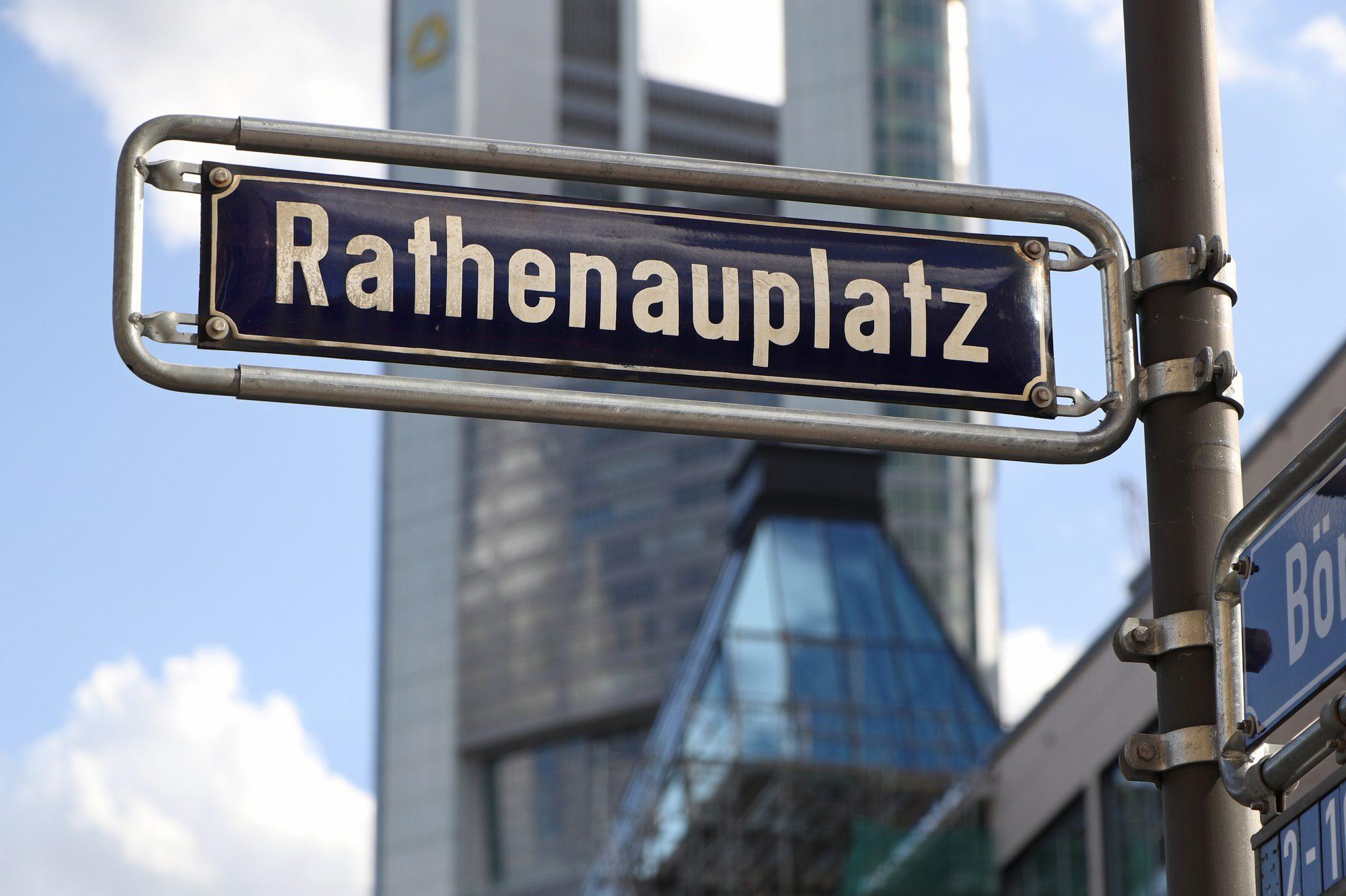 Straßenschild vor der Skyline von Frankfurt am Main