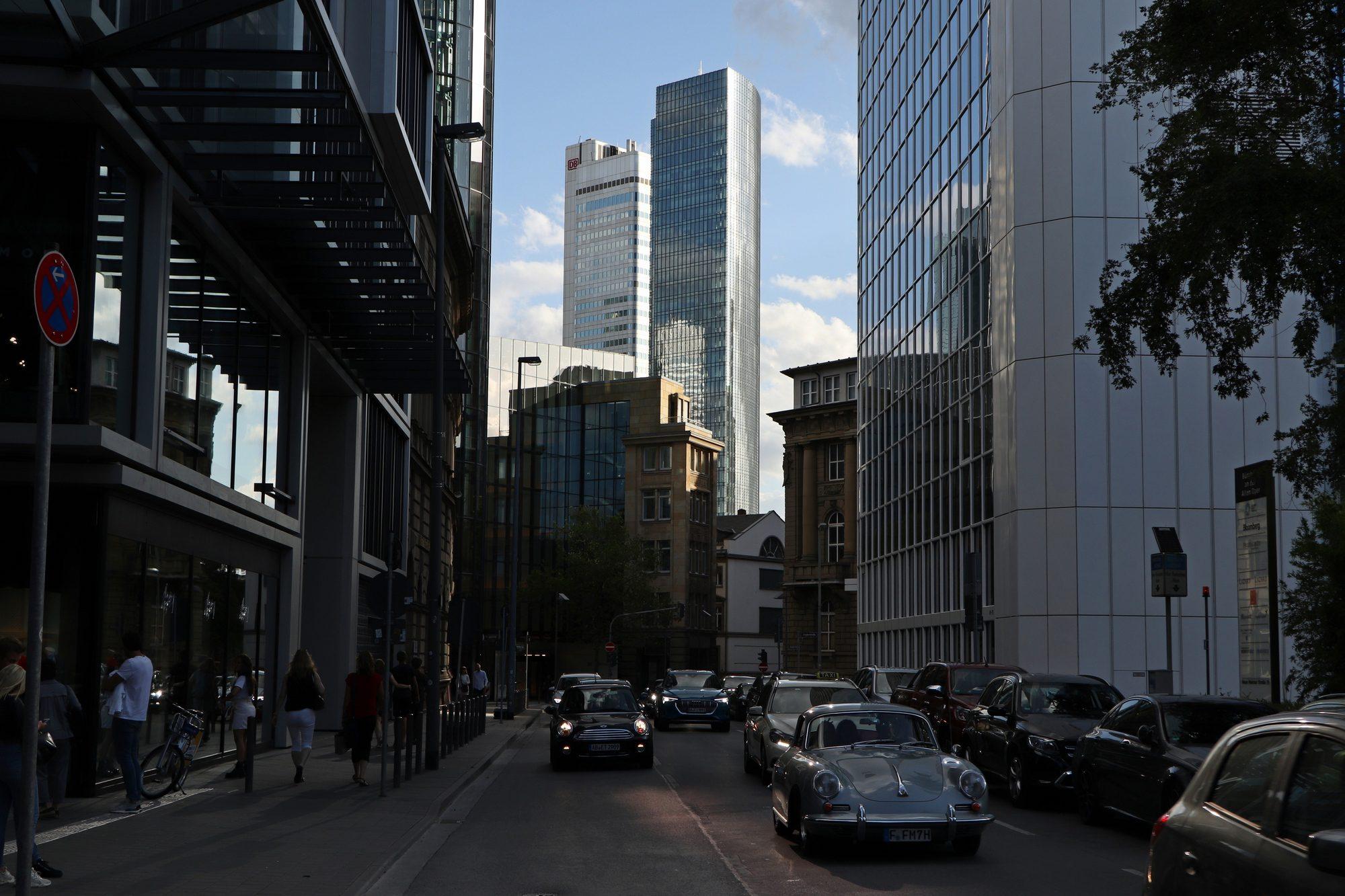 Straßenschlucht in Frankfurt am Main