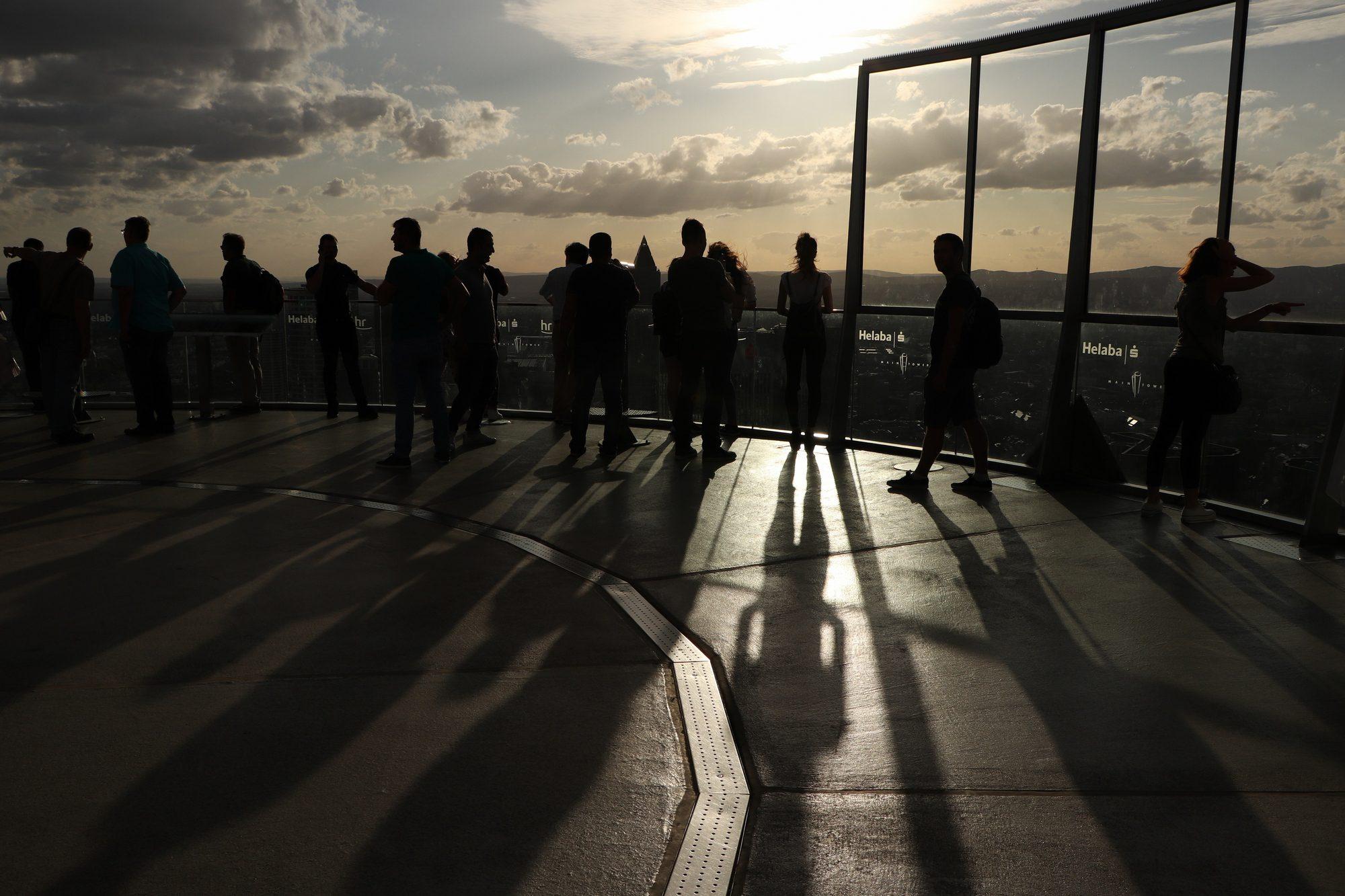 Aussichtsterasse auf dem Main-Tower im Sonnenuntergang in Frankfurt am Main