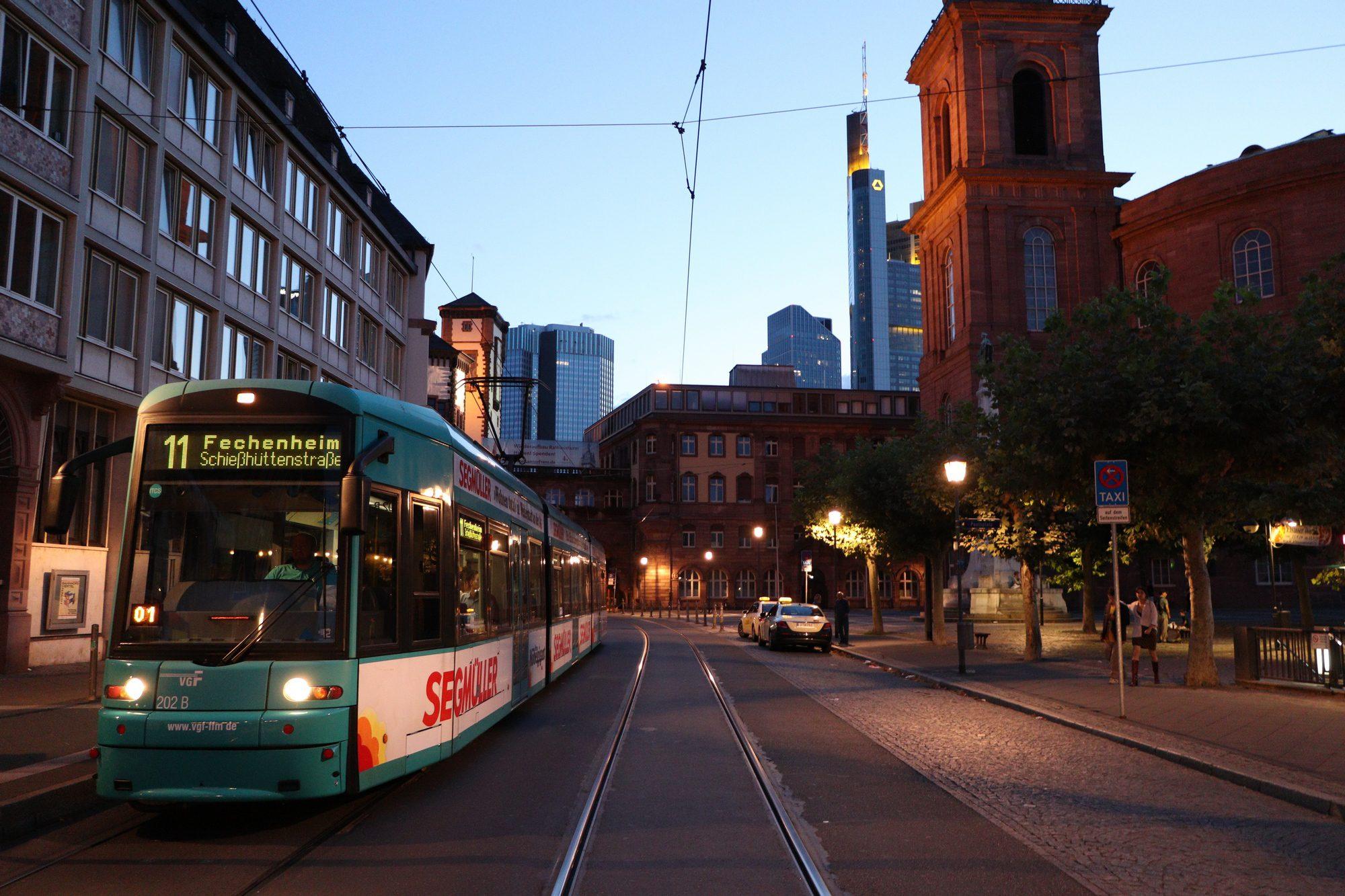 Straßenbahn in der Altstadt von Frankfurt am Main
