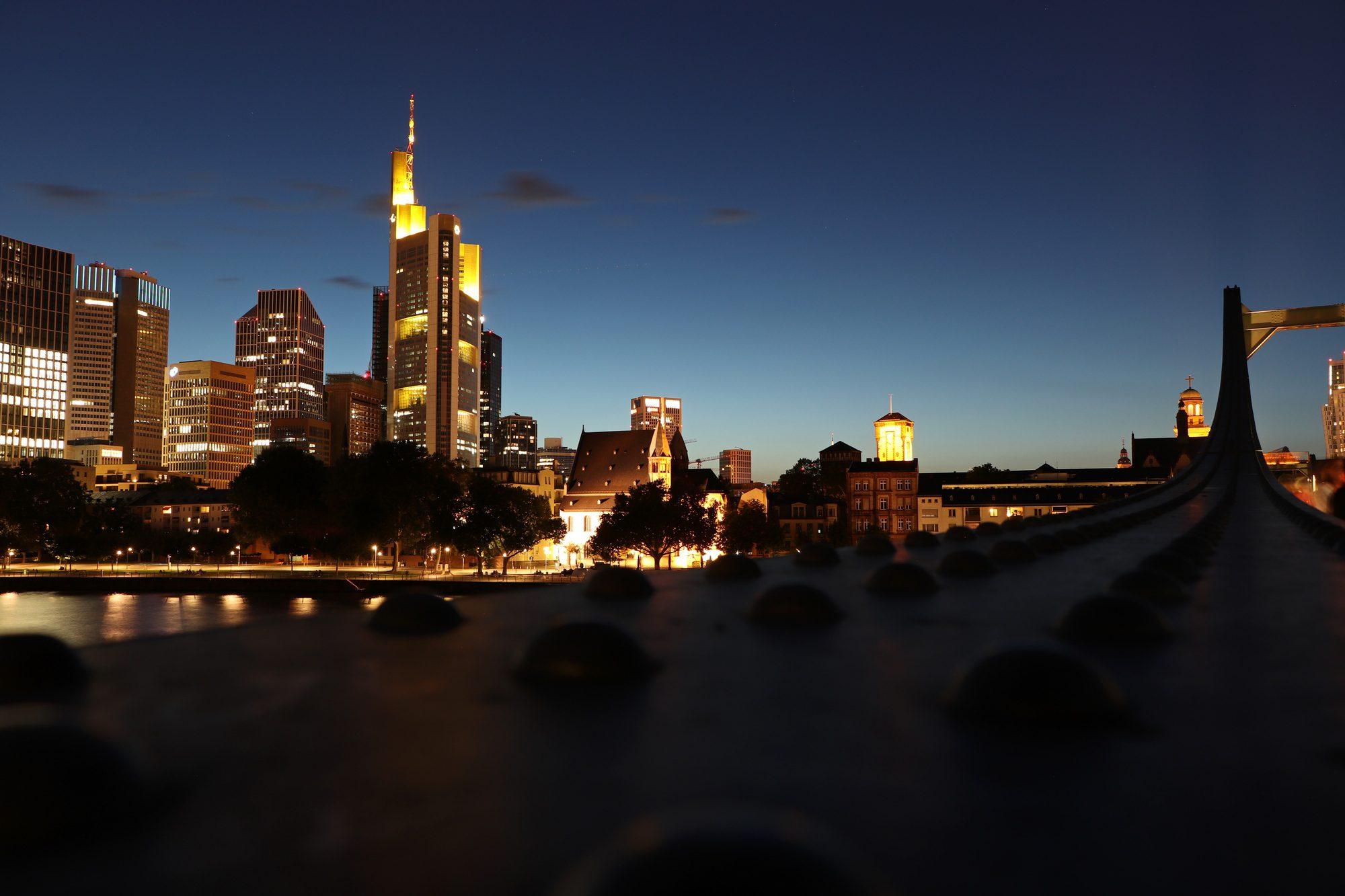 Blick vom Eisernen Steg auf die Skyline von Frankfurt am Main zur blauen Stunde