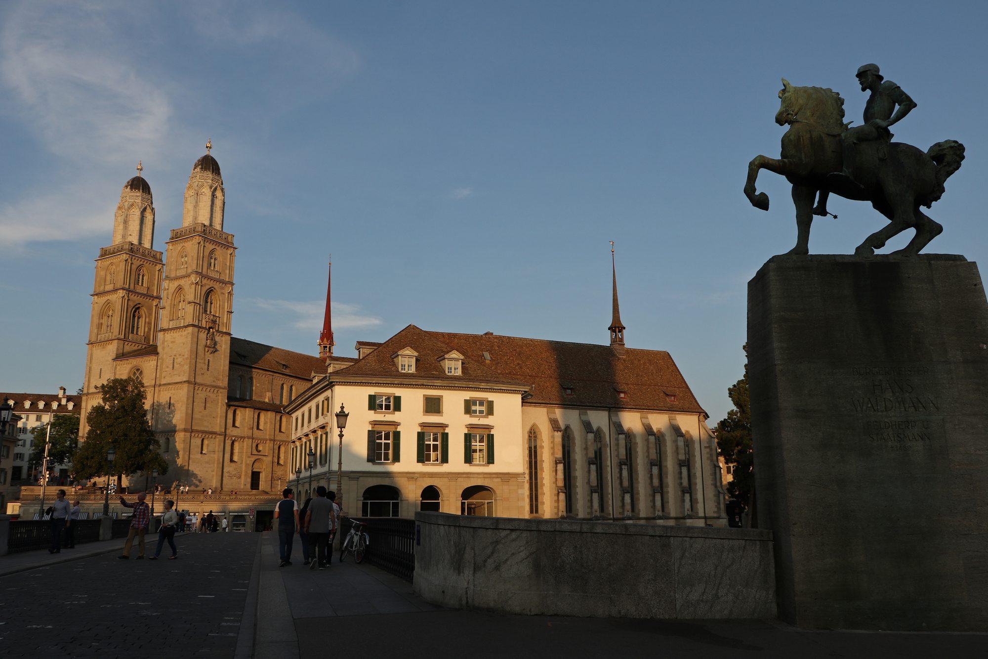 Das Großmünster und die Münsterbrücke in Zürich