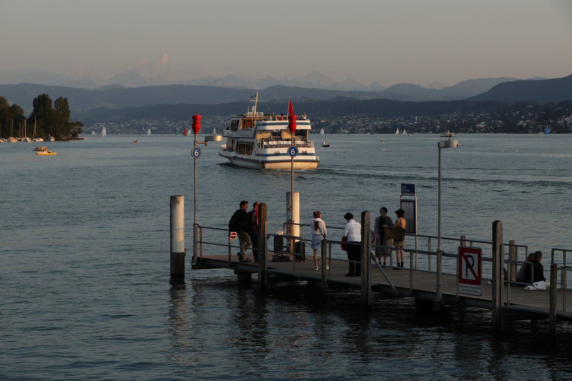 Steg am Zürichsee im Sonnenuntergang Zürich