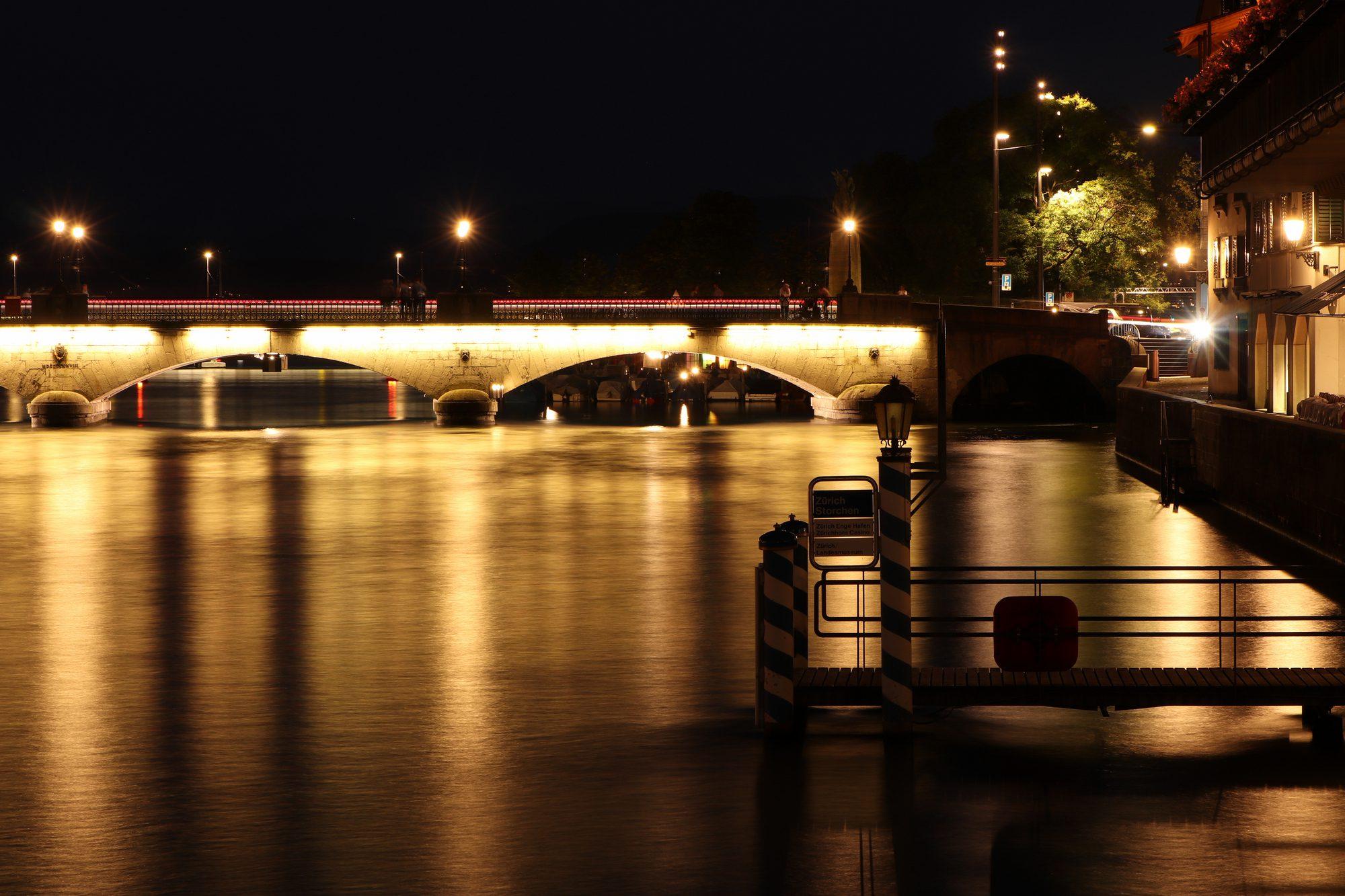 Die Limmat und die Münsterbrücke in Zürich in der Nacht