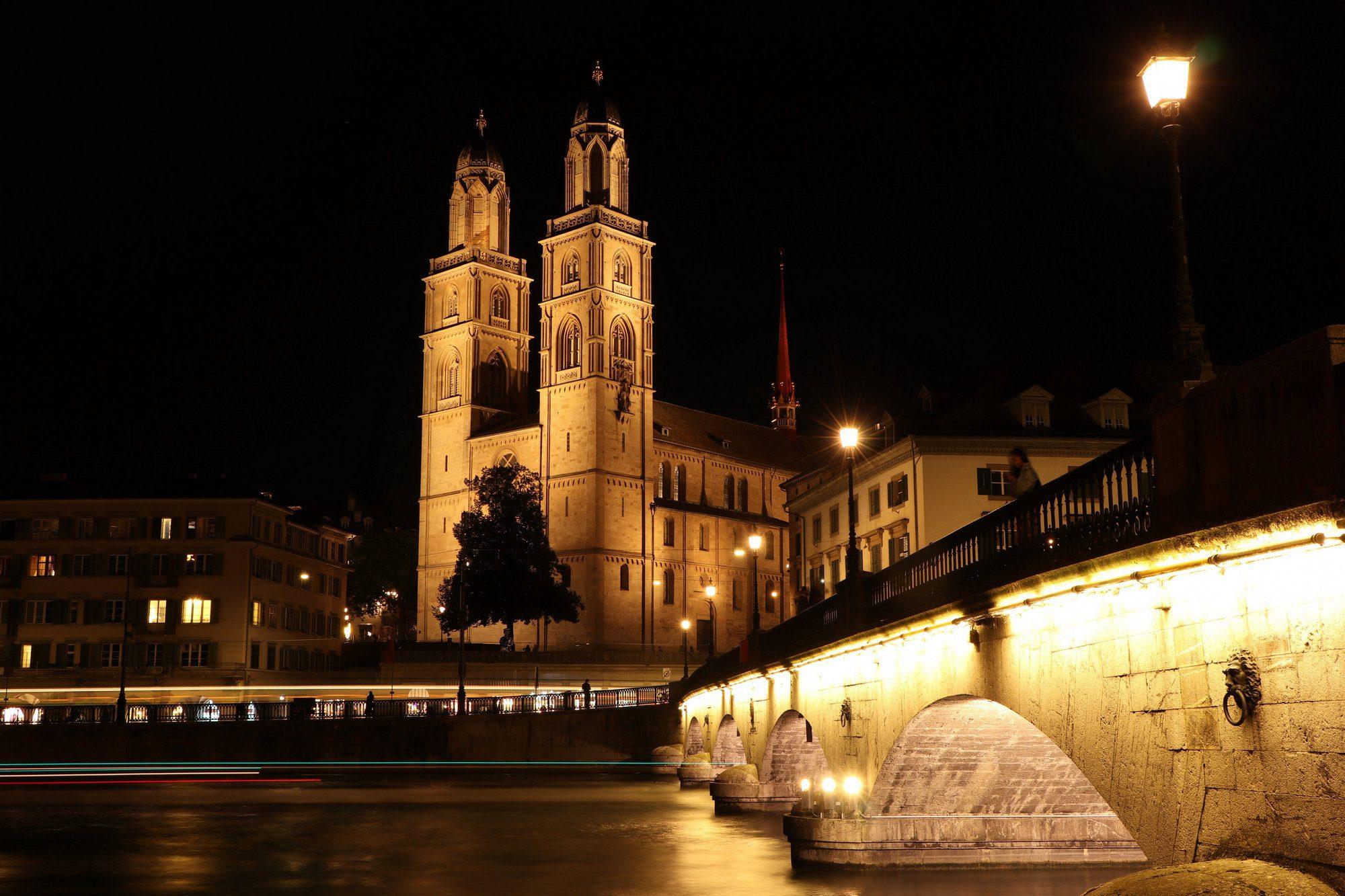 Das Großmünster und die Münsterbrücke in Zürich in der Nacht