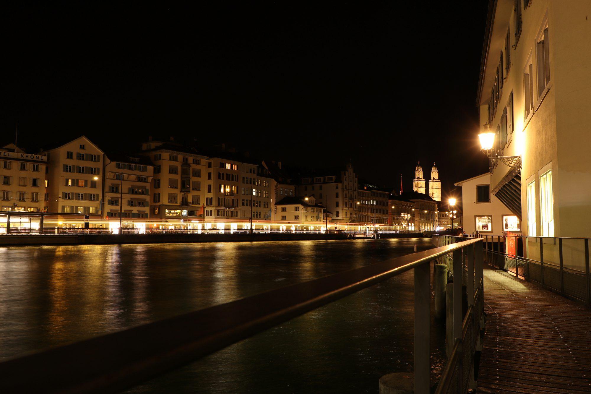 Weg entlang der Limmat in Zürich in der Nacht