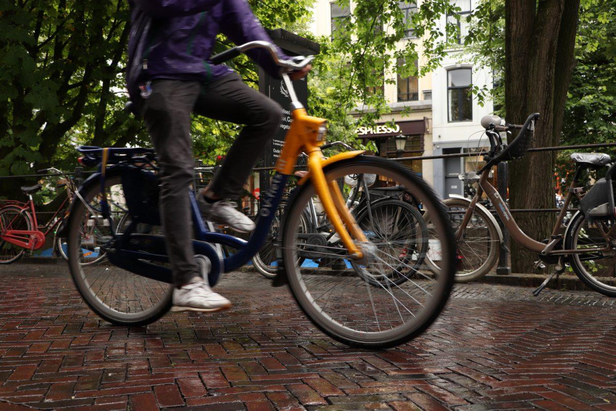 Fahrradfahrer in Utrecht im Regen