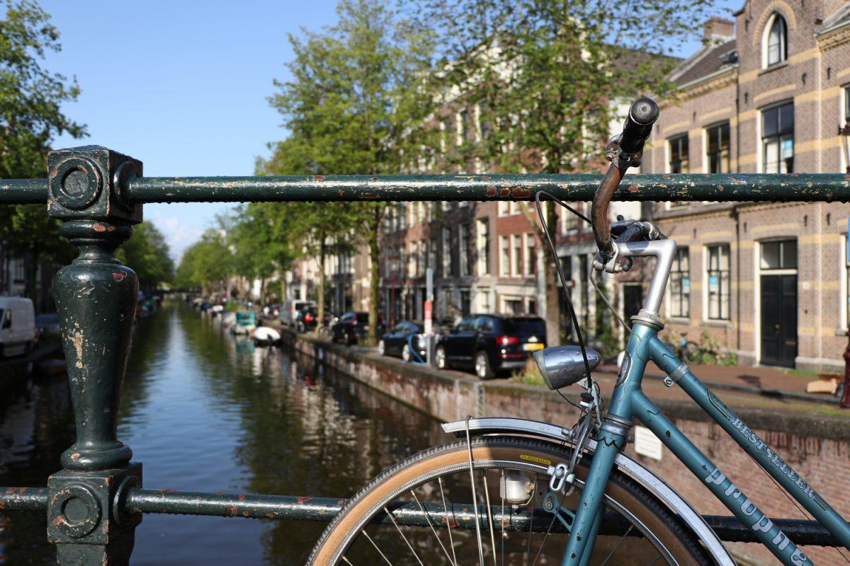 Amsterdam Fahrrad vor Gracht