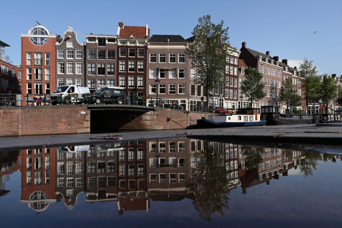 Amsterdam Grachtenhäuser Spiegelung in der Pfütze