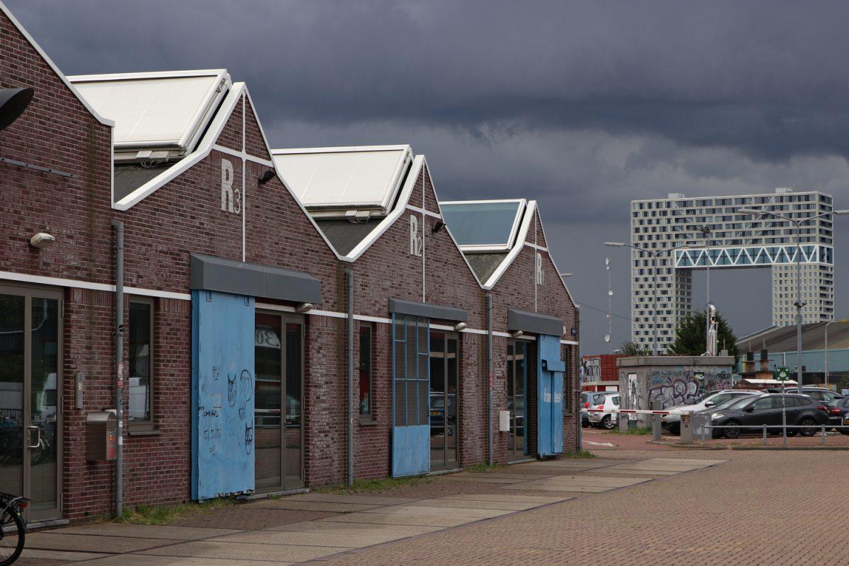 Hütten in der NDSM Werft in Amsterdam