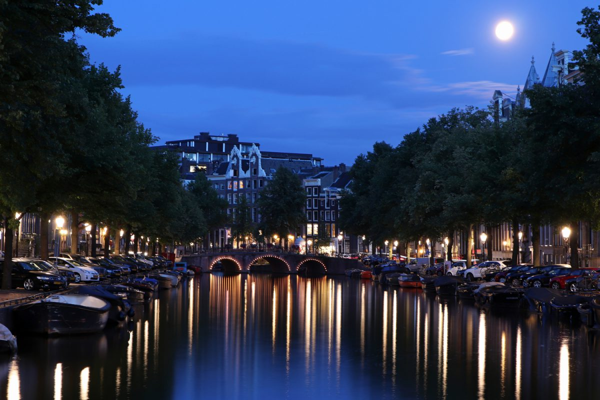 Vollmond über den Grachten von Amsterdam