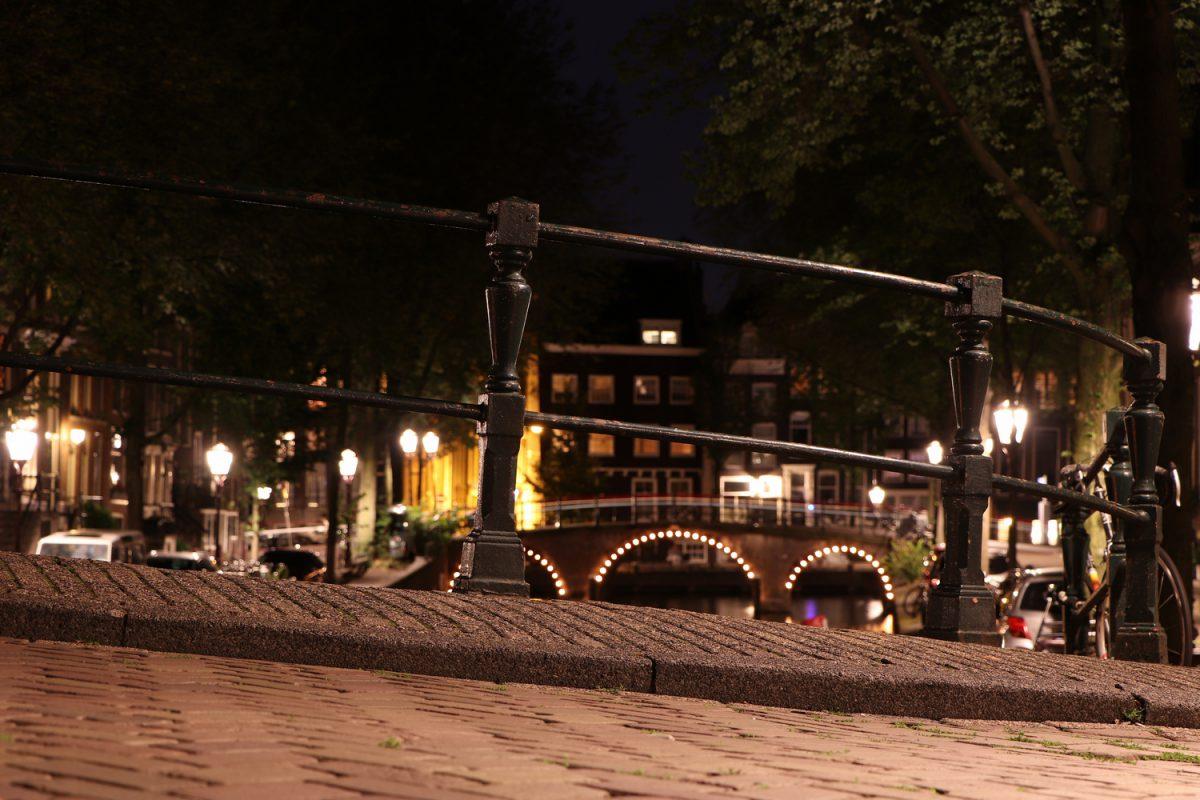Amsterdam Brückengeländer Abends