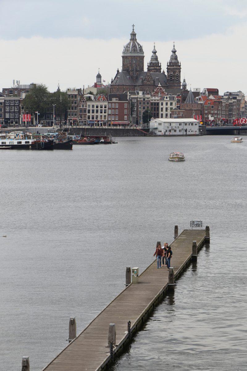 Die Open Havenfront und die Basilika St. Nikolaus in Amsterdam