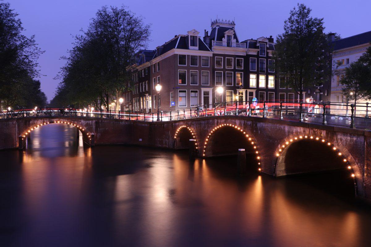 Amsterdam Grachten zur Blaue Stunde Langzeitbelichtung