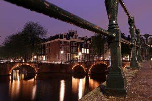 Amsterdam Kreuzung Leidsegracht und Keizersgracht zur Blauen Stunde