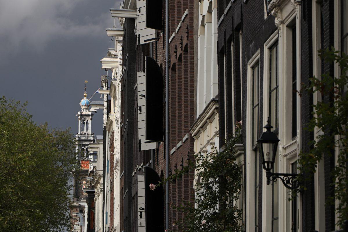 Amsterdam die Westerkerk und Häuser entlang der Prinsengracht