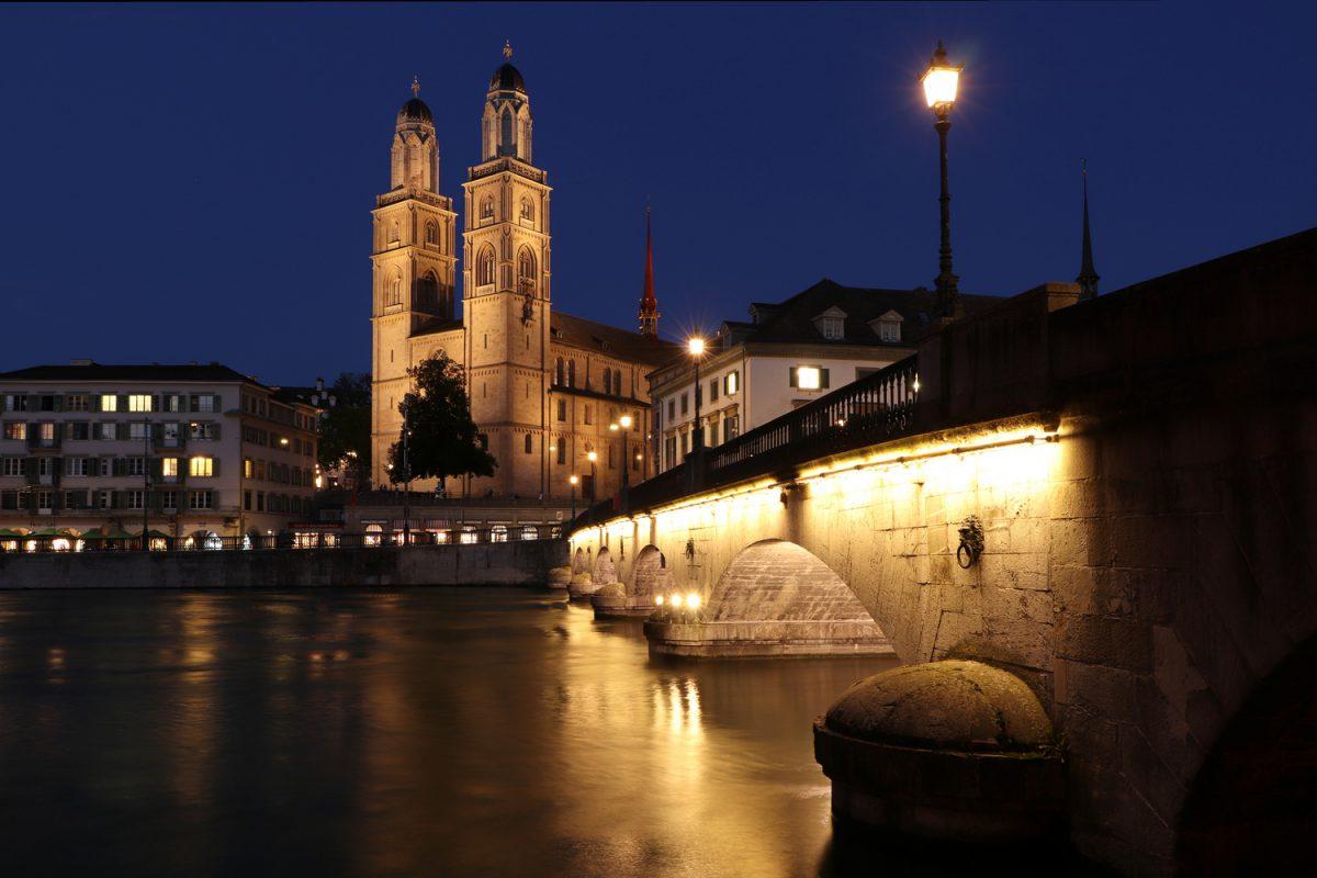 Das Großmünster und die Münsterbrücke in Zürich zur blauen Stunde