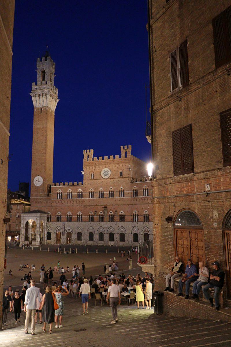 Die Piazza del Campo in Siena Toskana zur blauen Stunde