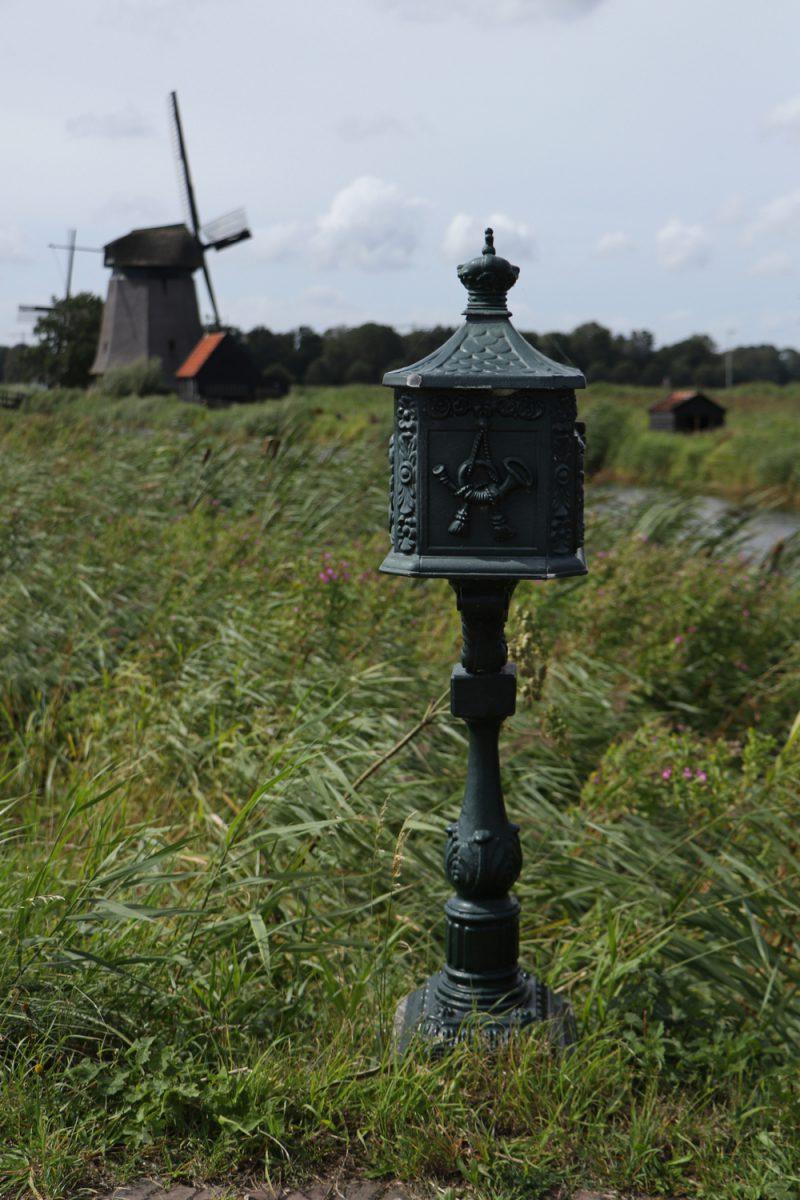 Briefkasten vor holländischer Windmühle in Nordholland