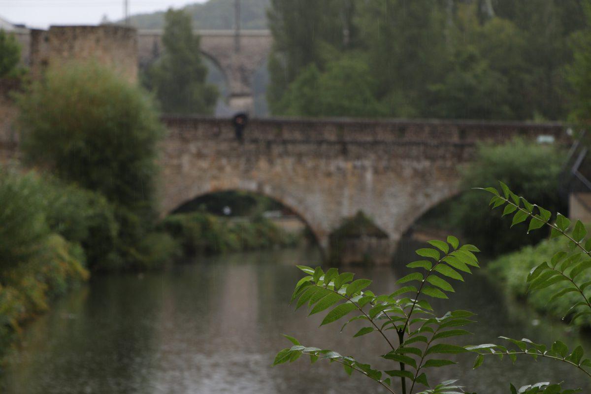 Luxemburg Grund Brücke über der Alzette im Regen