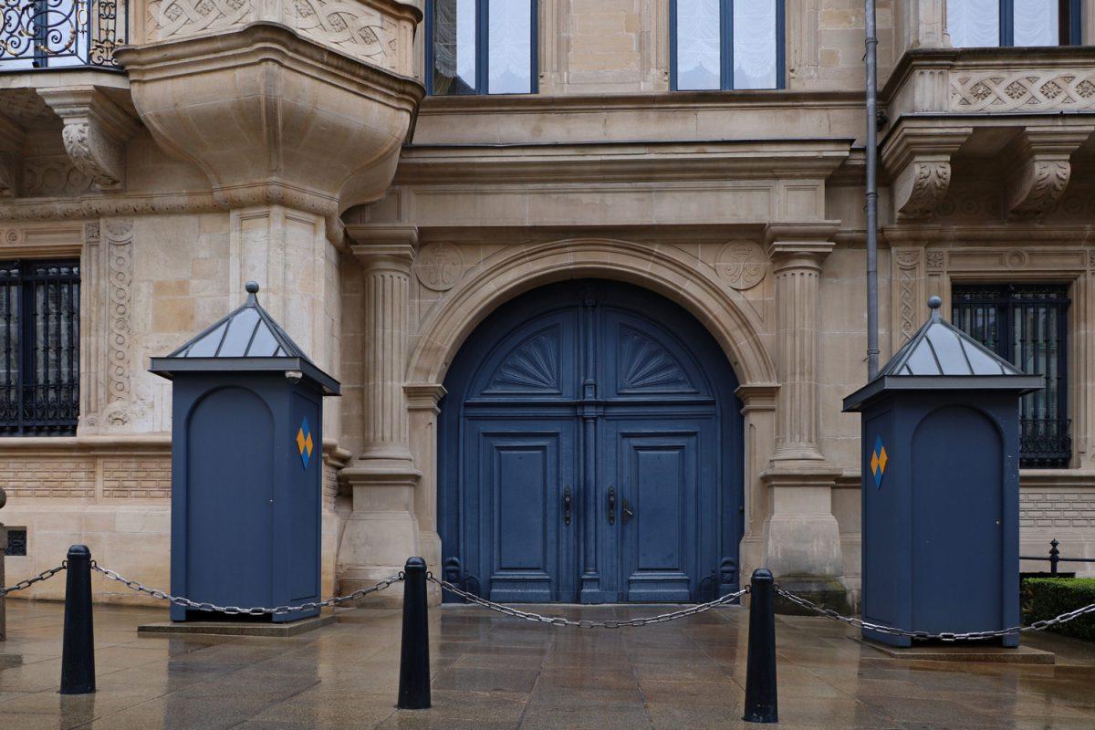 Der Eingang des Großherzoglichen Palast in Luxemburg im Regen