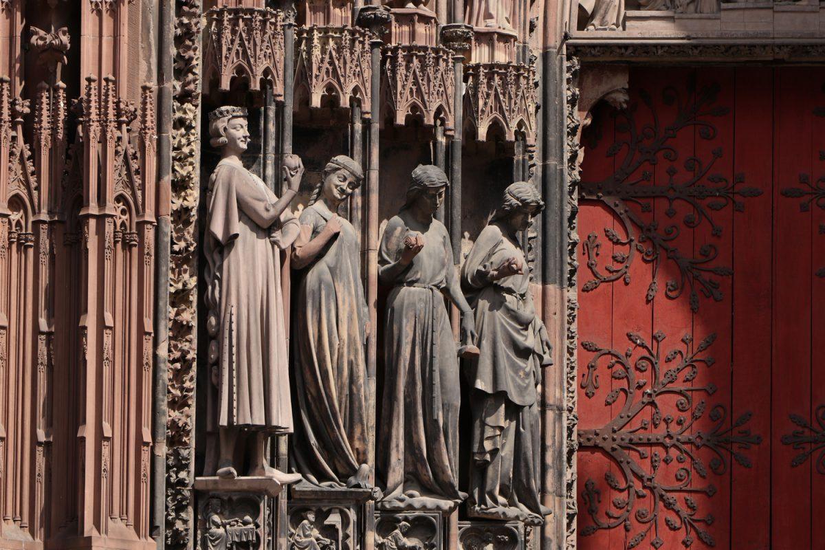 Straßburg Figuren Details an der Fassade des Münsters