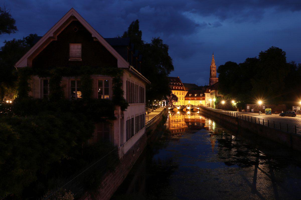 Straßburg Petite France Blick auf das Münster zur blauen Stunde