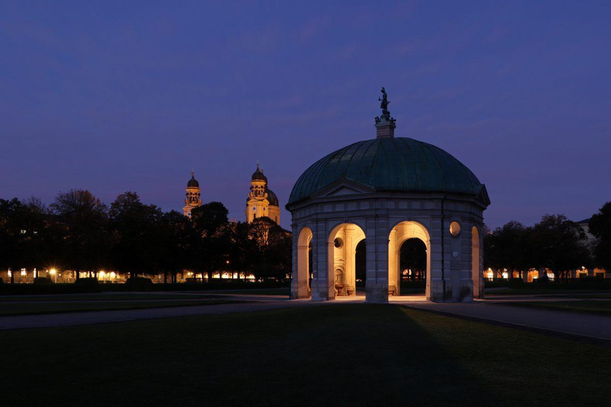 Der Hofgarten in München zur blauen Stunde morgens