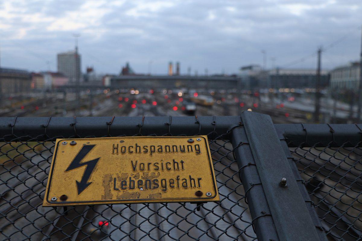 München Blick von der Hackerbrücke auf den Münchner Hauptbahnhof und die Innenstadt
