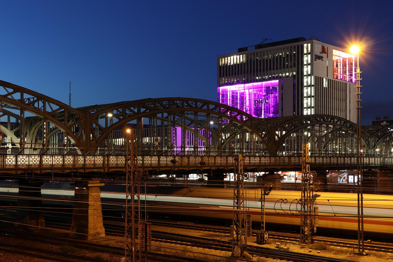 München Hackerbrücke zur blauen Stunde Langzeitbelichtung mit ICE
