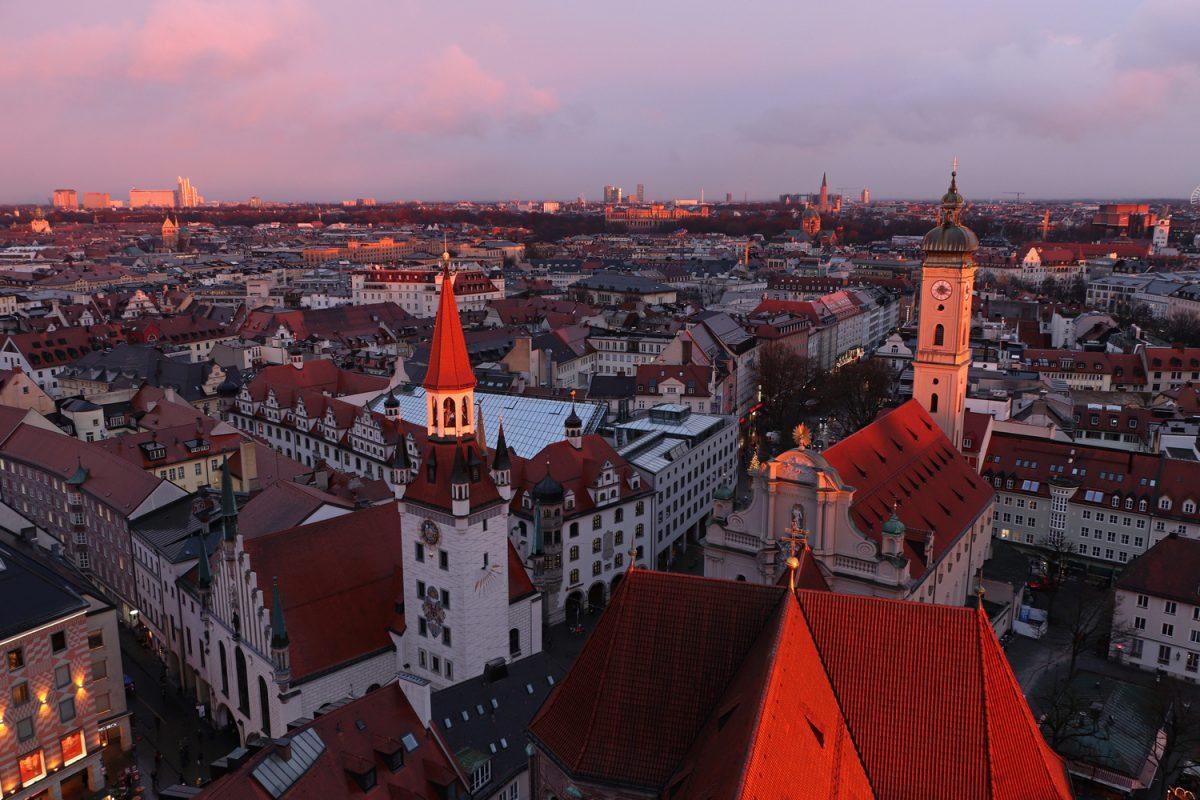 München Blick vom Alten Peter bei Sonnenuntergang Heilig-Geist-Kirche und Altes Rathaus