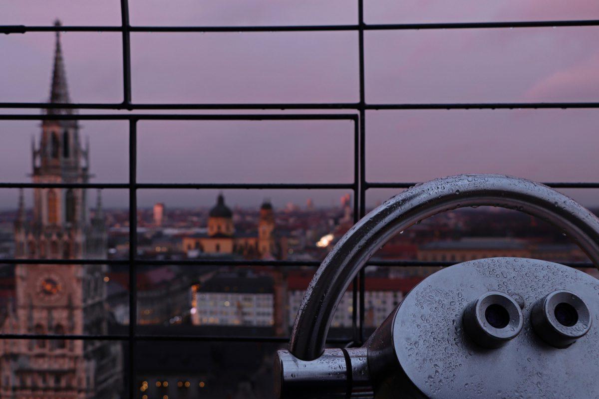 München Blick vom Alten Peter bei Sonnenuntergang Fernglas vor Rathaus und Theatinerkirche