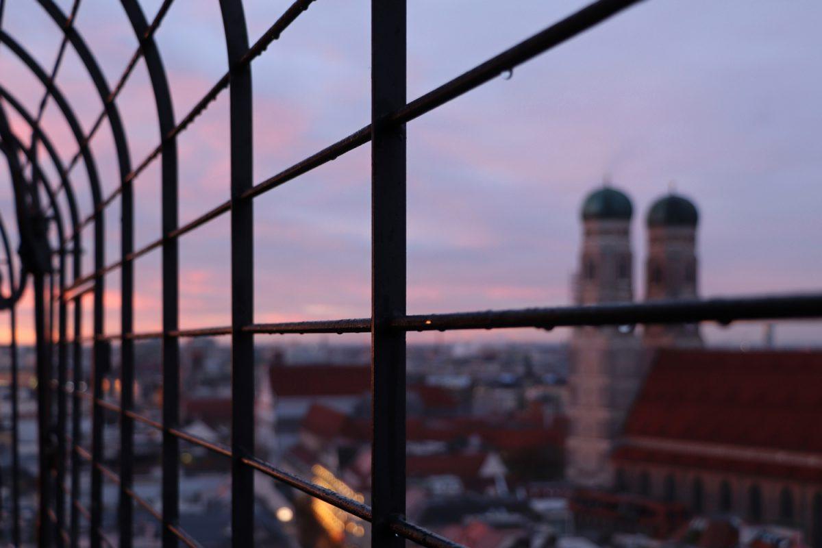 München Blick vom Alten Peter zu Sonnenuntergang Frauenkirche
