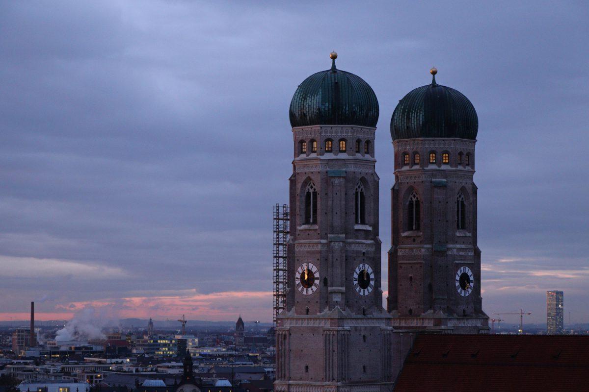 München Blick vom Alten Peter bei Sonnenuntergang auf die Frauenkirche