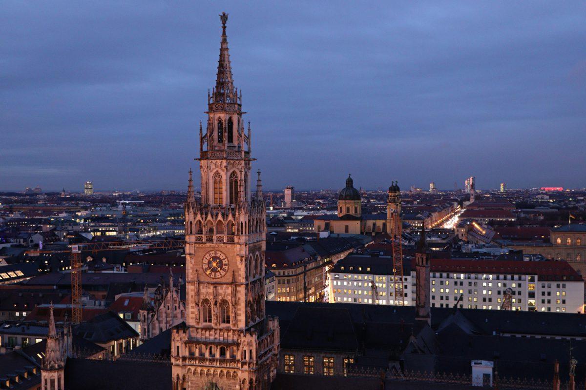 München Blick vom Alten Peter auf das Rathaus, die Theatinerkirche, die Ludwigstraße und die Allianz Arena Abends