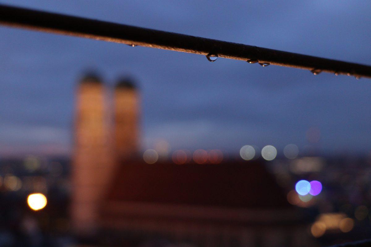 München Blick vom Alten Peter auf die Frauenkirche Details zur Blauen Stunde
