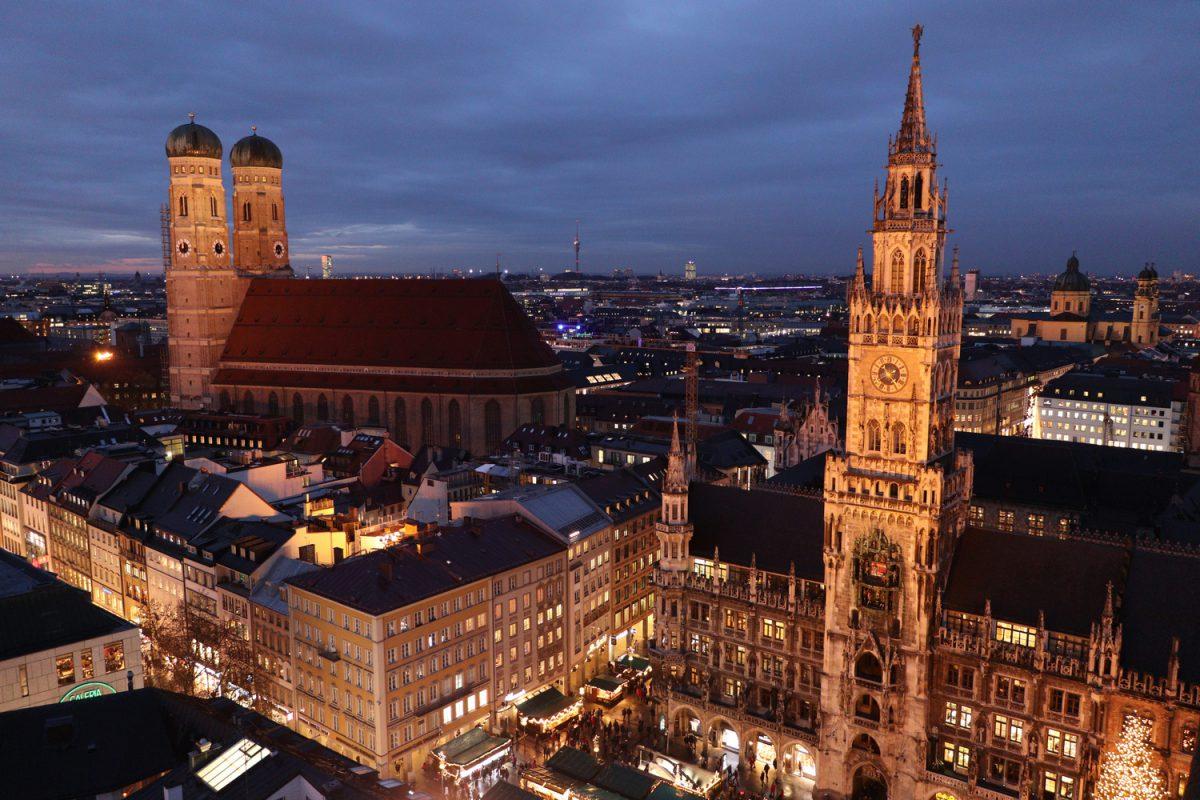 München Blick vom Alten Peter auf den Marienplatz, das Rathaus, die Frauenkirche und die Theatinerkirche zur blauen Stunde Abends
